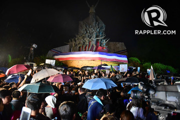 PROTESTERS. Marcos burial protesters gather at the People Power Monument and encourage motorists to join their noise barrage on November 18, 2016.
