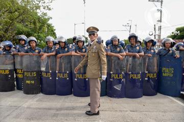 LOYALIST. A Marcos loyalist claiming to be a war veteran walks past a police barricade blocking the entrance of the Libingan ng mga Bayani