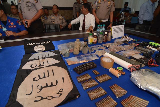 Sejumlah barang bukti hasil penyisiran aparat di Kabupaten Poso yang digelar di Mapolda Sulawesi Tengah di Palu, pada 31 Desember 2015. Foto oleh Basri Marzuki/Antara