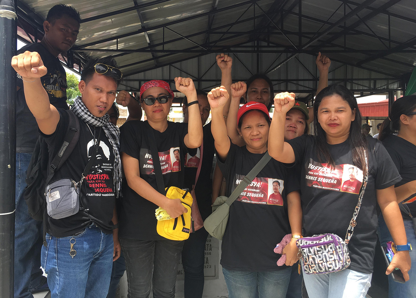 FIGHT FOR RIGHTS. Representatives of Samahang Mangagawang Nagkakaisa sa Jisoo raise their arms with clenched fists as they pledge to continue fighting for their rights after the funeral march held for Ka Dennis Sequeña on June 12, 2019. Photo by Stanley Triston Guevarra/Rappler