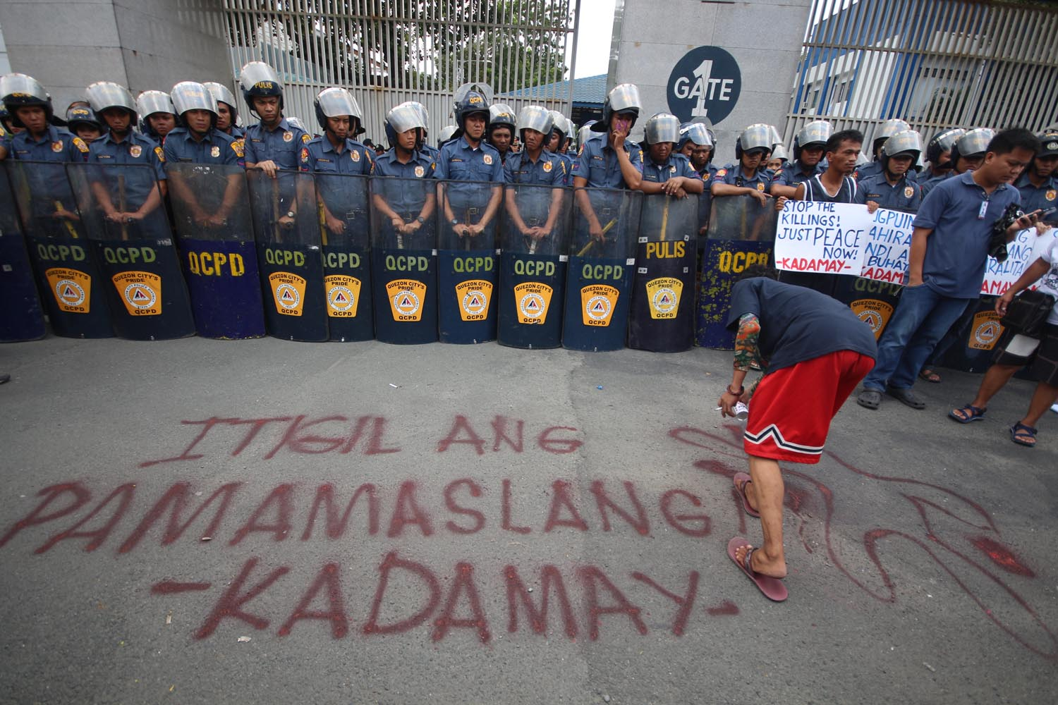 EXTRAJUDICIAL KILLINGS. Urban poor groups troop to Camp Crame on Wednesday, August 24, to protest drug-related extrajudicial killings in the Philippines. Photo by Joel Liporada/Rappler