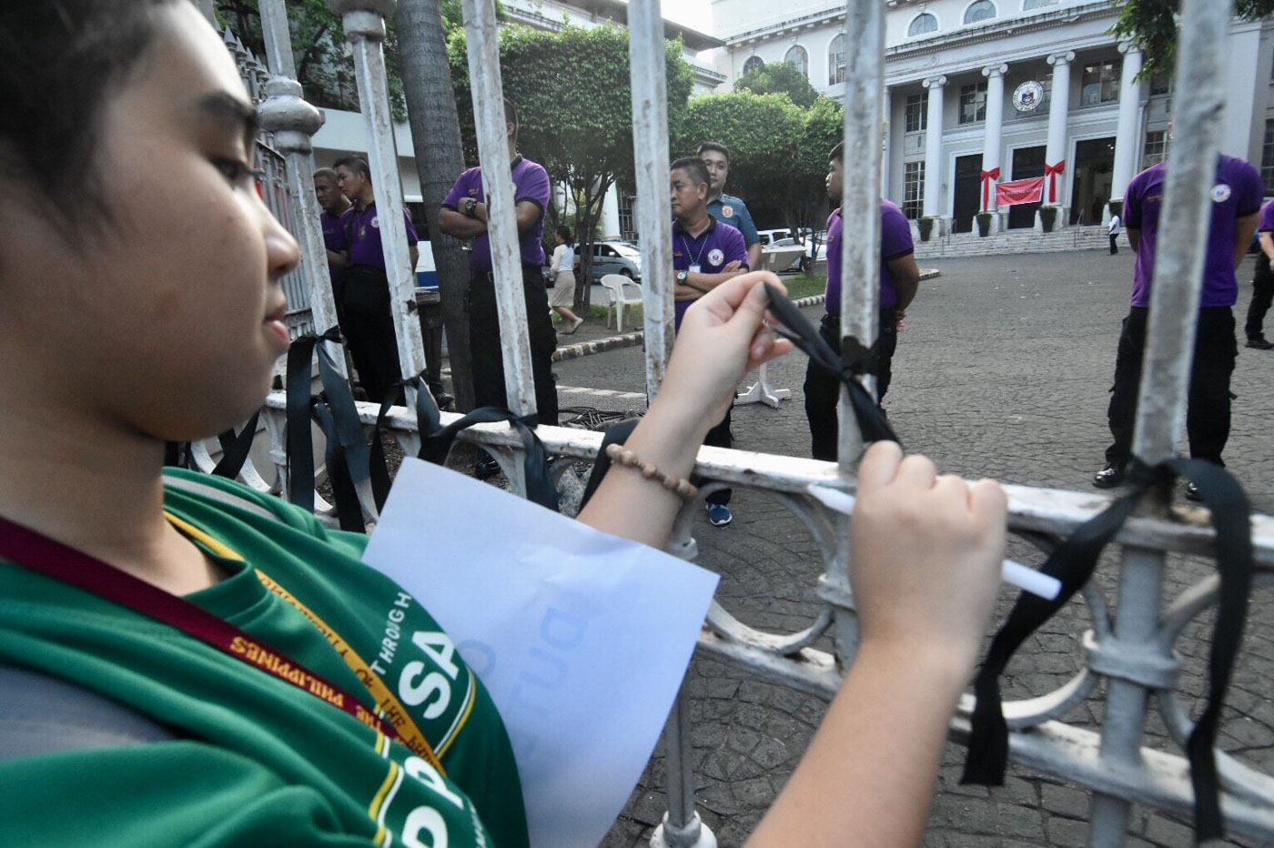 BLACK RIBBON. Students later lighted candles along the fence of the Supreme Court and tied black ribbons on the gates. Photo by Angie de Silva/Rappler