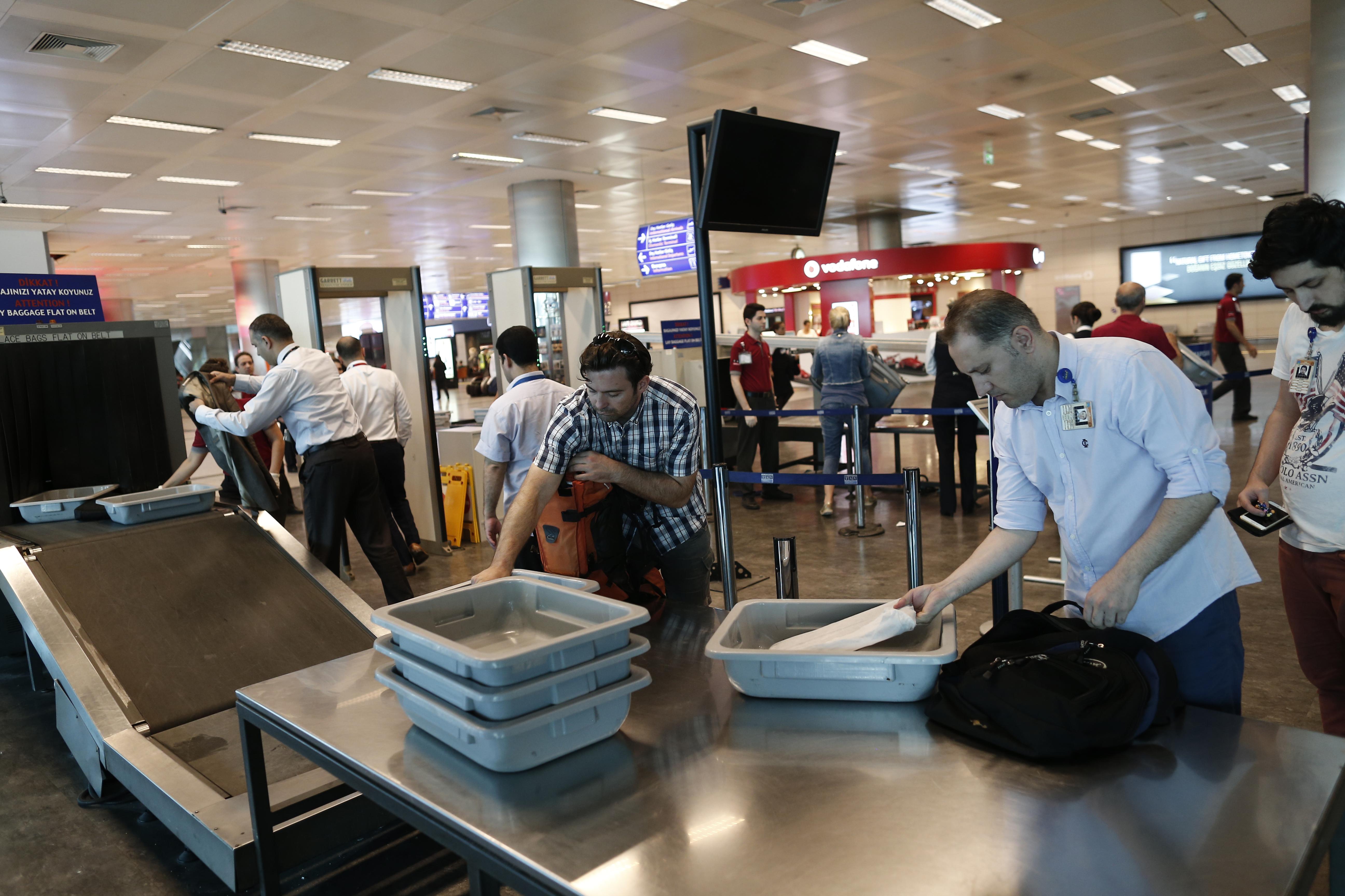 Calon penumpang harus melewati berbagai pengecekan setelah terjadi 3 kali ledakan bom bunuh diri di Bandara Ataturk, Istanbul, Turki, pada 28 Juni 2016. Foto oleh Sedat Suna/EPA
