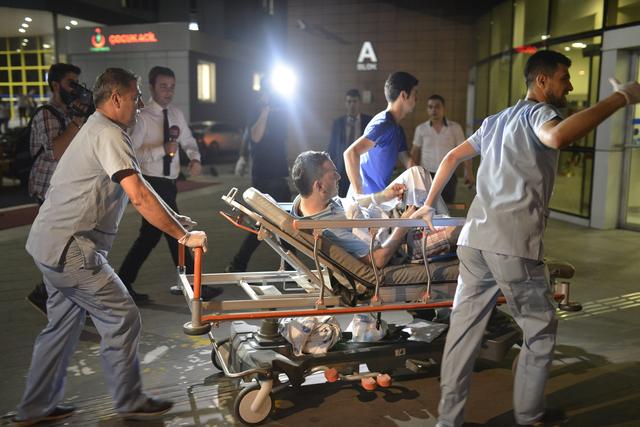Tim medis mengangkut seorang warga Turki yang terluka akibat ledakan bom bunuh diri di Bandara Ataturk, Istanbul, pada 28 Juni 2016. Foto oleh Deniz Toprak/EPA