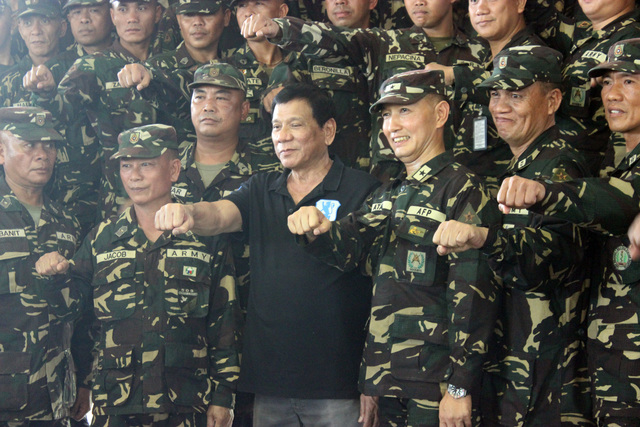 COMMANDER IN CHIEF. President Rodrigo Duterte poses with members of the Philippine Army during a presidential trip to Gamu, Isabela, on September 17, 2016. Photo by Raymon Dullana/Rappler