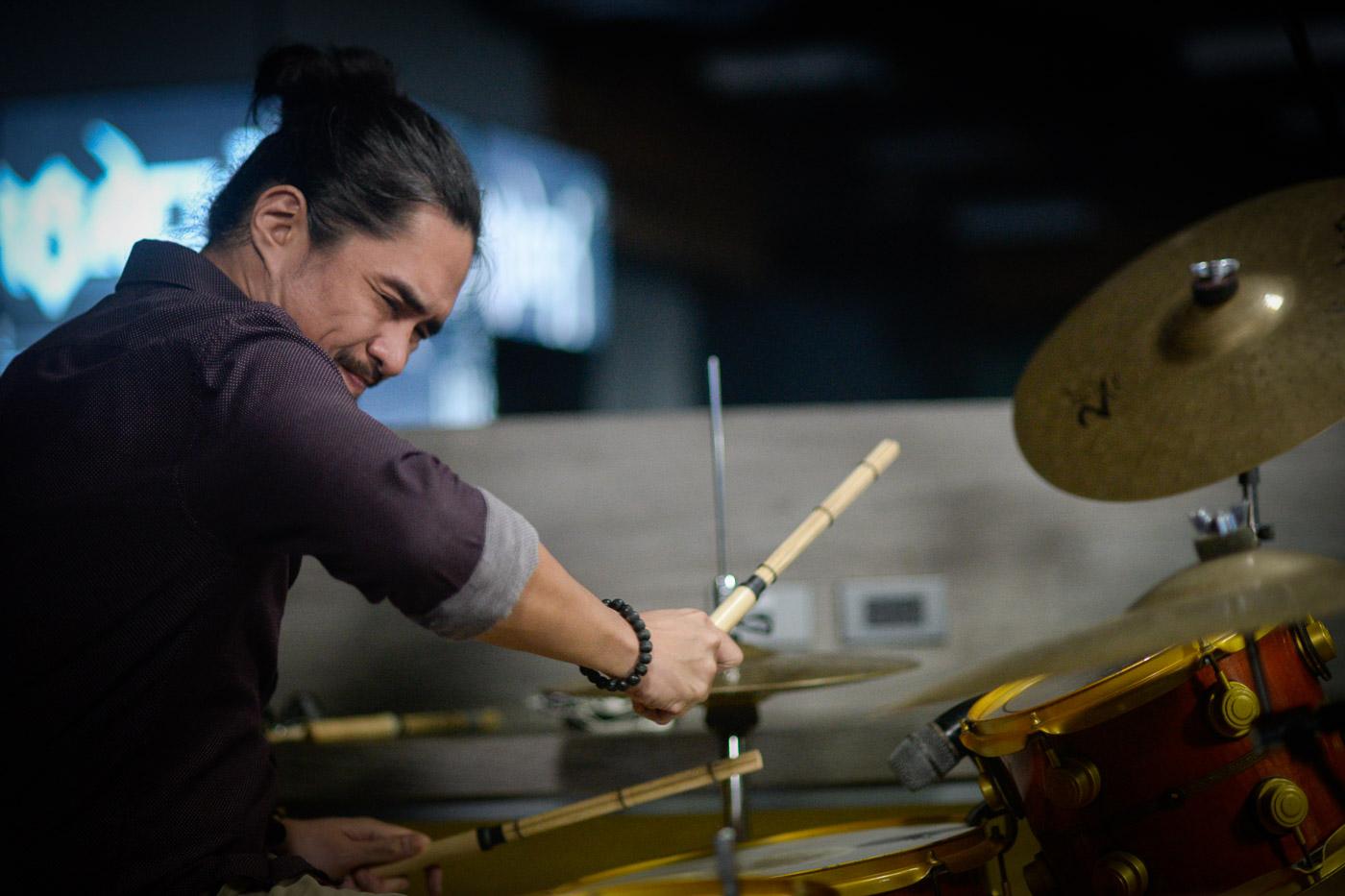 RAZORBACK. The late Brian Velasco performs on Rappler Live Jam in 2016. File photo by LeAnnne Jazul/Rappler