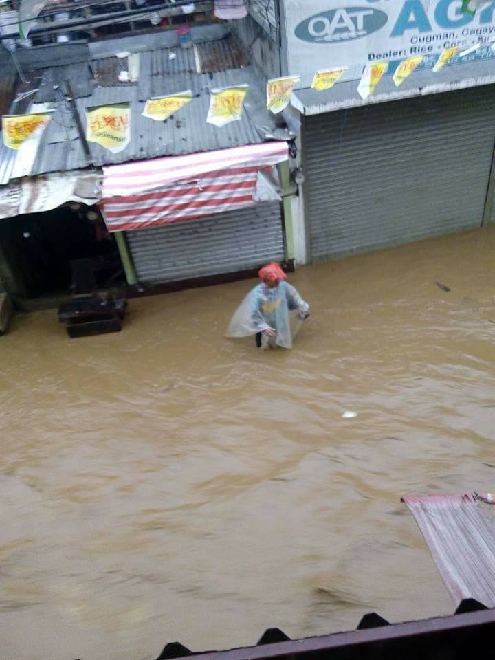 VINTA. Flooding in Cugman, Cagayan de Oro goes up high as knee to waist-level.  Photo by Maricel Eduave Tawacal