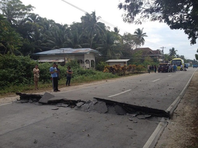 earthquake-central-visayas-1012013-AFP-RobertMichael-Poole-6_D0048701194243F7B74361F0904CD9AF - 7.2 quake hits Bohol - Philippine Business News
