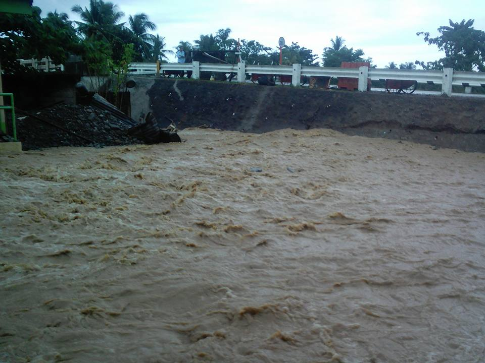 TUCDAO BRIDGE. On January 1, the Tucdao bridge was temporarily closed due to the floodwaters. Photo by Rafael Medalla