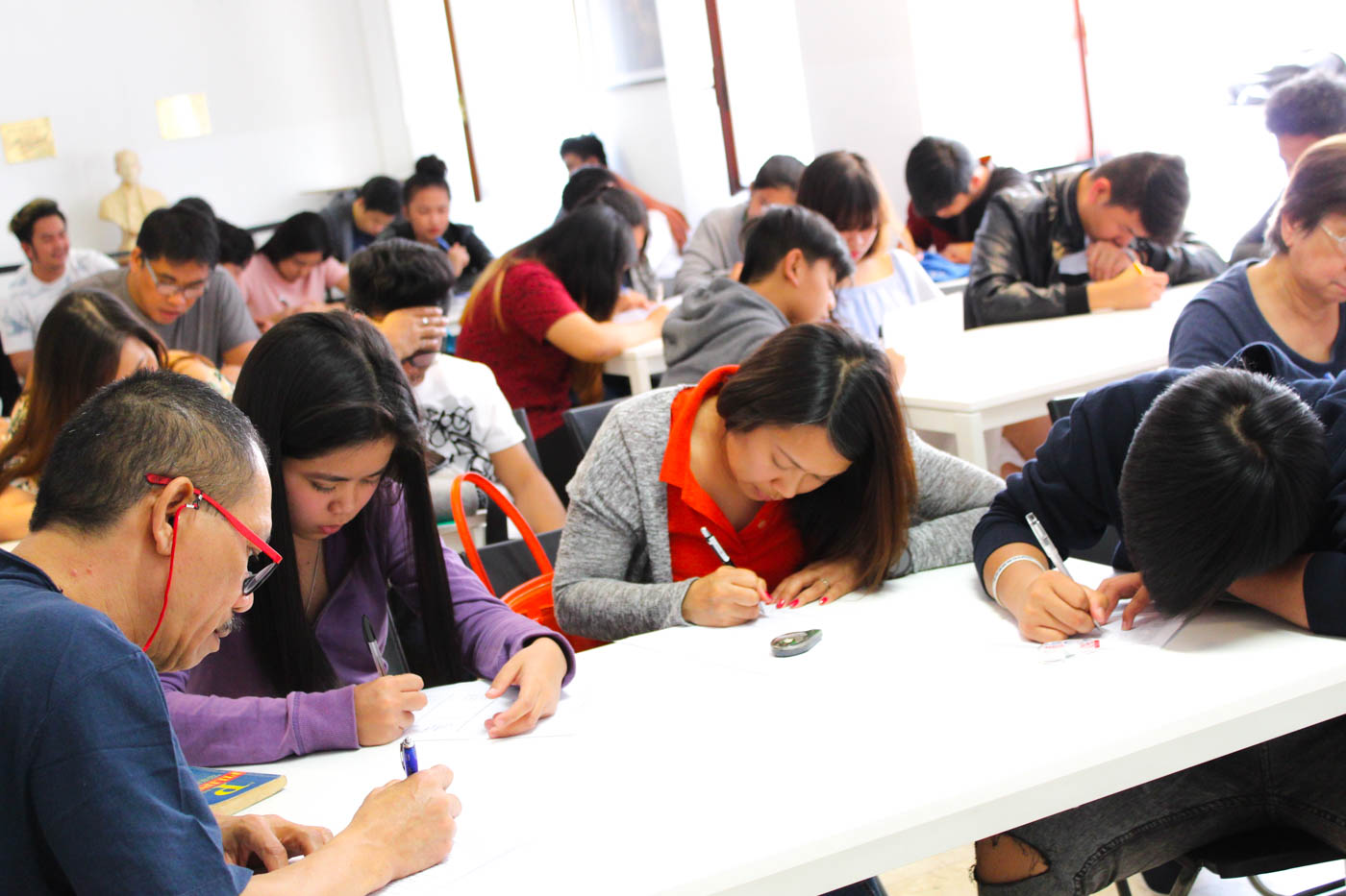 LANGUAGE BARRIER. Filipinos in Milan taking free Italian language lessons at the Philippine Consulate in Milan. Photo by Don Kevin Hapal/Rappler