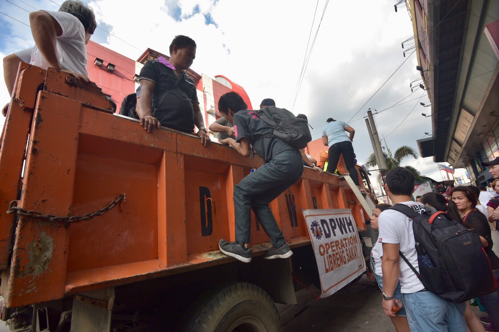 """FREE RIDES. Commuters in Monumento, Caloocan City take advantage of the """"Libreng Sakay"""" after a transport strike paralyzes Camanava area on October 16, 2017. Photo by LeAnne Jazul/Rappler"""