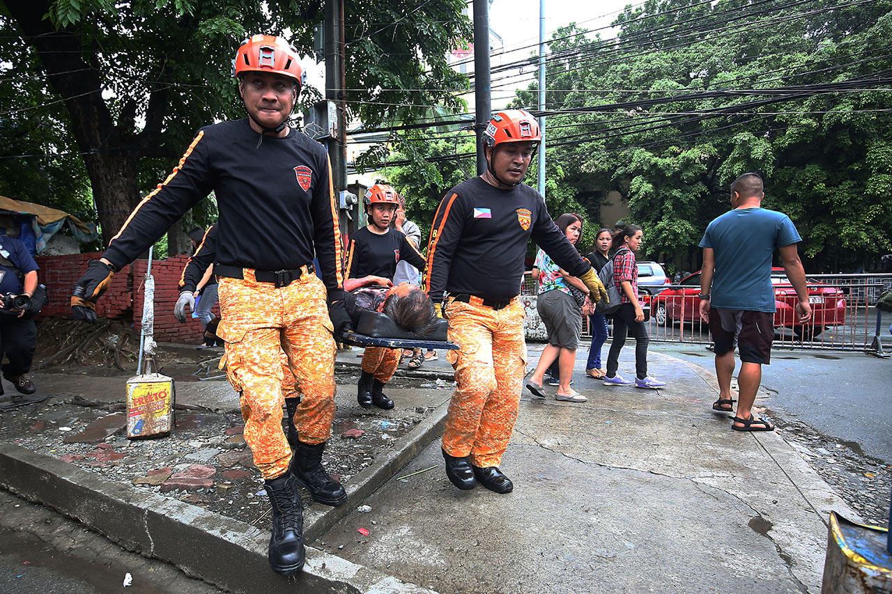 FIRST AID. Members of the Bureau of Fire Protection-Special Rescue Unit (BFP-SRU) search for mock victims inside the Manila City Hall. Photo by Ben Nabong/Rappler