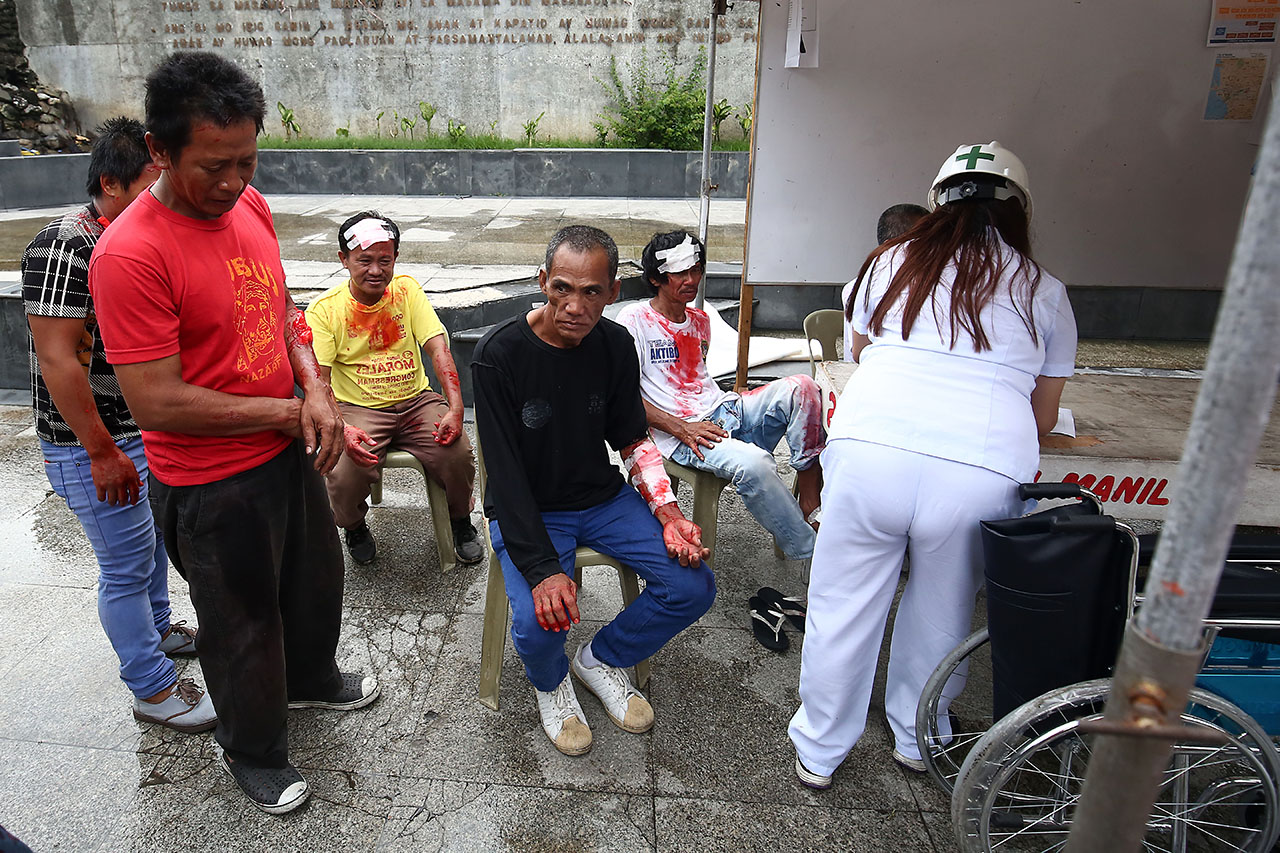 FIRST AID. Nurse apply first aid to rescued victims inside the Manila City Hall. Photo by Ben Nabong/Rappler