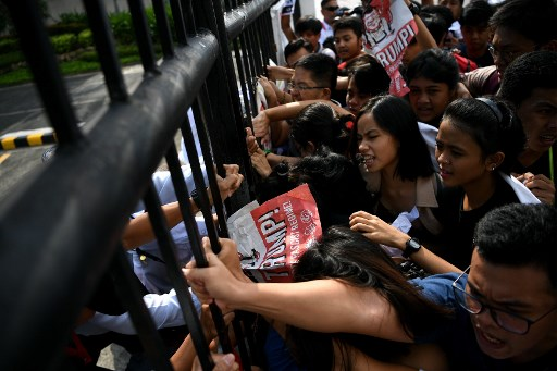 PICC. Protestors try to force open the main gate during a protest against US President Donald Trump outside the Philippine International Convention Center, venue of the upcoming 31st Association of Southeast Asian Nations (ASEAN) Summit in Manila on November 11, 2017. Photo by Manan Vatsyayana/AFP