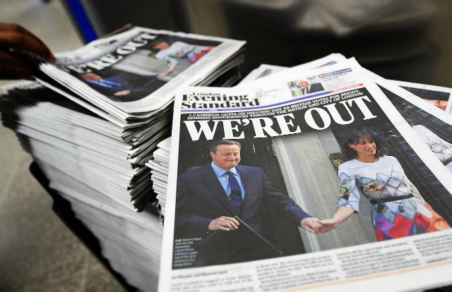 BREXIT. Halaman depan surat kabar Inggris Evening Standard mengumumkan perpisahan Britania Raya dengan Uni Eropa. Foto oleh Andy Rain/EPA