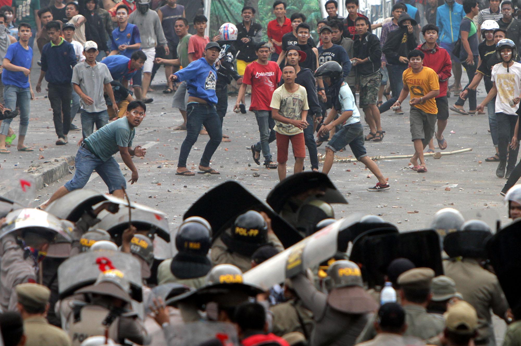 FOTO: Kerusuhan penggusuran warga Kampung Pulo
