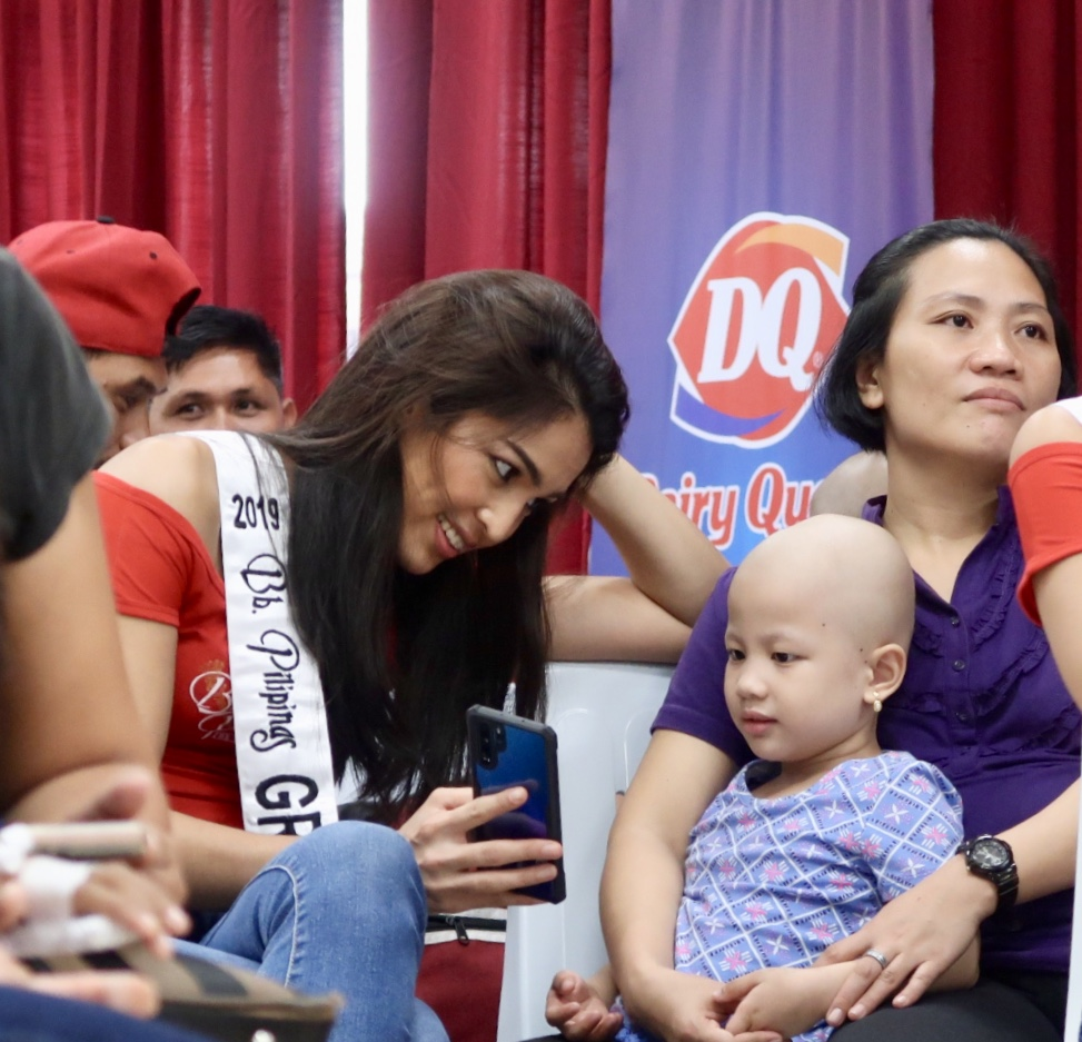 VIEWING. Bb Pilipinas Grand International 2019 Samantha Lo shows her phone to one of the kids.