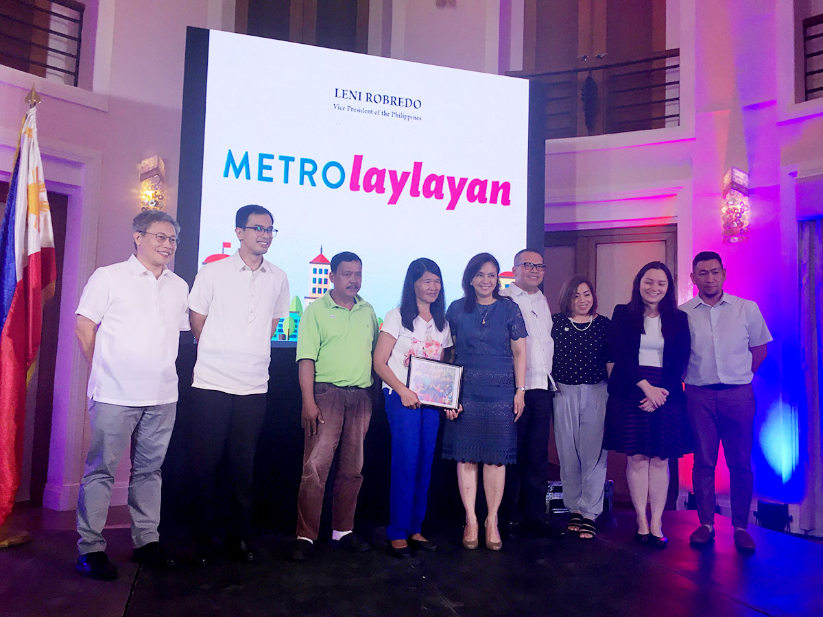 ASSISTANCE. Vice President Leni Robredo and members of her staff pose with the Eraya family, one of the beneficiaries of the Metro Laylayan program. Photo by Loreben Tuquero/Rappler