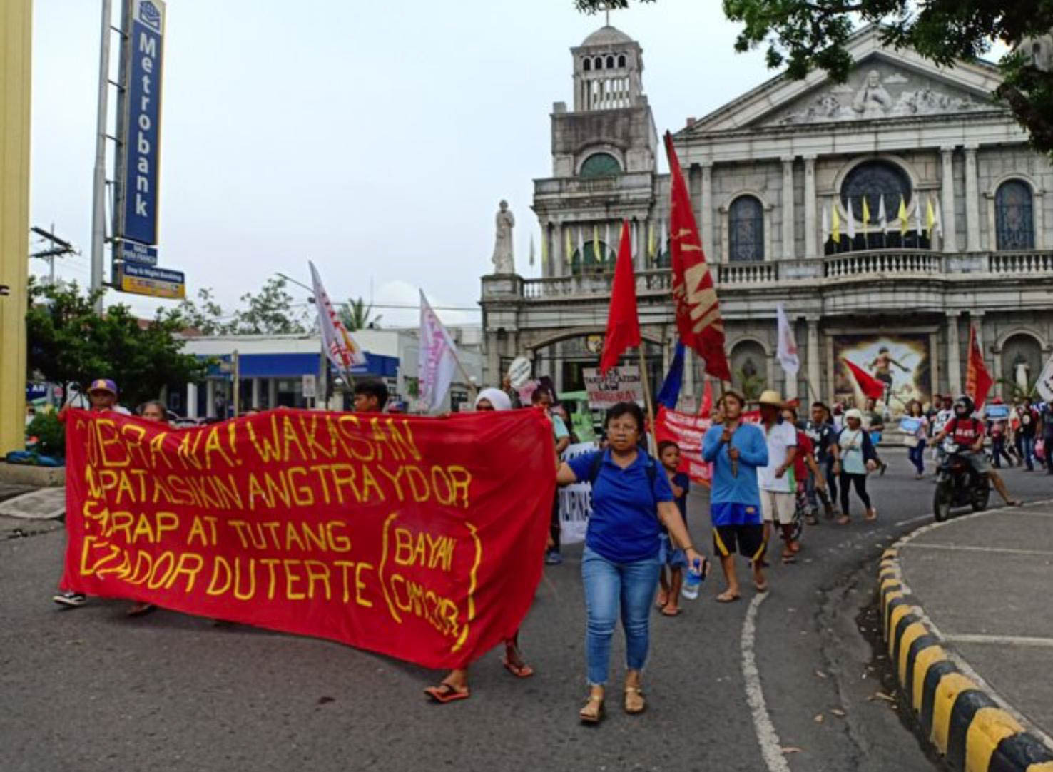 NAGA CITY. Various militant and youth groups march toward Plaza Rizal along Panganiban Drive in Naga City to mark President Rodrigo Duterte's 4th State of the Nation Address on Monday, July 22. Photo by Abegail Bilan/Rappler
