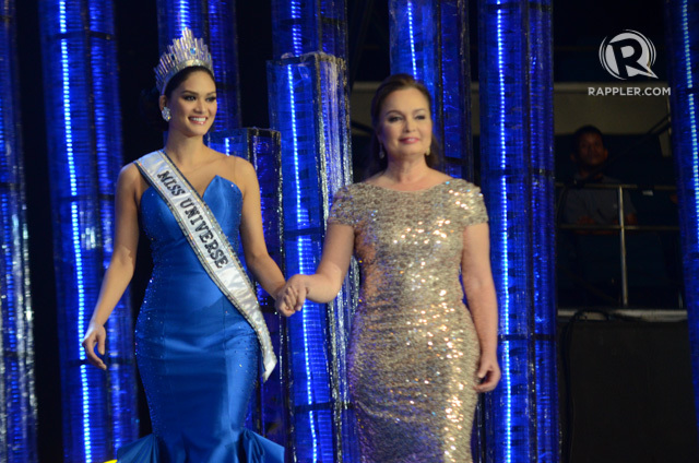 'FIRST WALK.' Pia Wurtzbach got her 'first walk' as Miss Universe with Miss Universe 1973 Margie Moran. Photo by Alecs Ongcal/Rappler