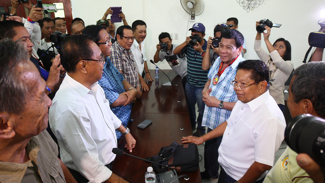 MEETING WITH MILF. Davao City Mayor Rodrigo Duterte meets with members of the MILF Central Committee in Camp Darapanan, Maguindanao, on February 27, 2016.
