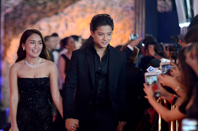 BLACK. Daniel in a sleek black suit with Kathryn by his side in 2016. File photo by Alecs Ongcal/Rappler