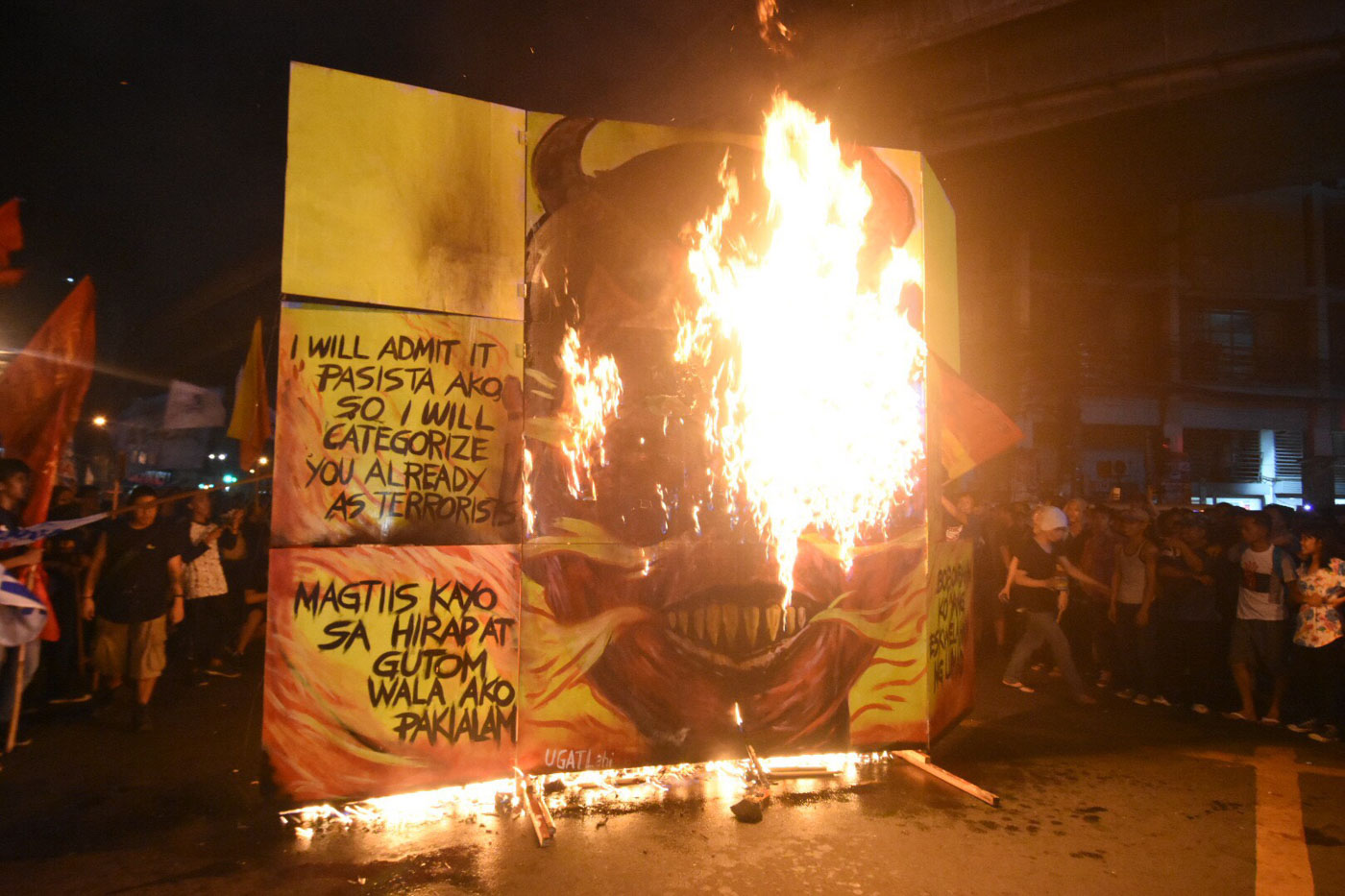 BURN. Protesters burn the effigy of President Rodrigo Duterte at Mendiola in Manila on December 10, 2017. Photo by Angie de Silva/Rappler