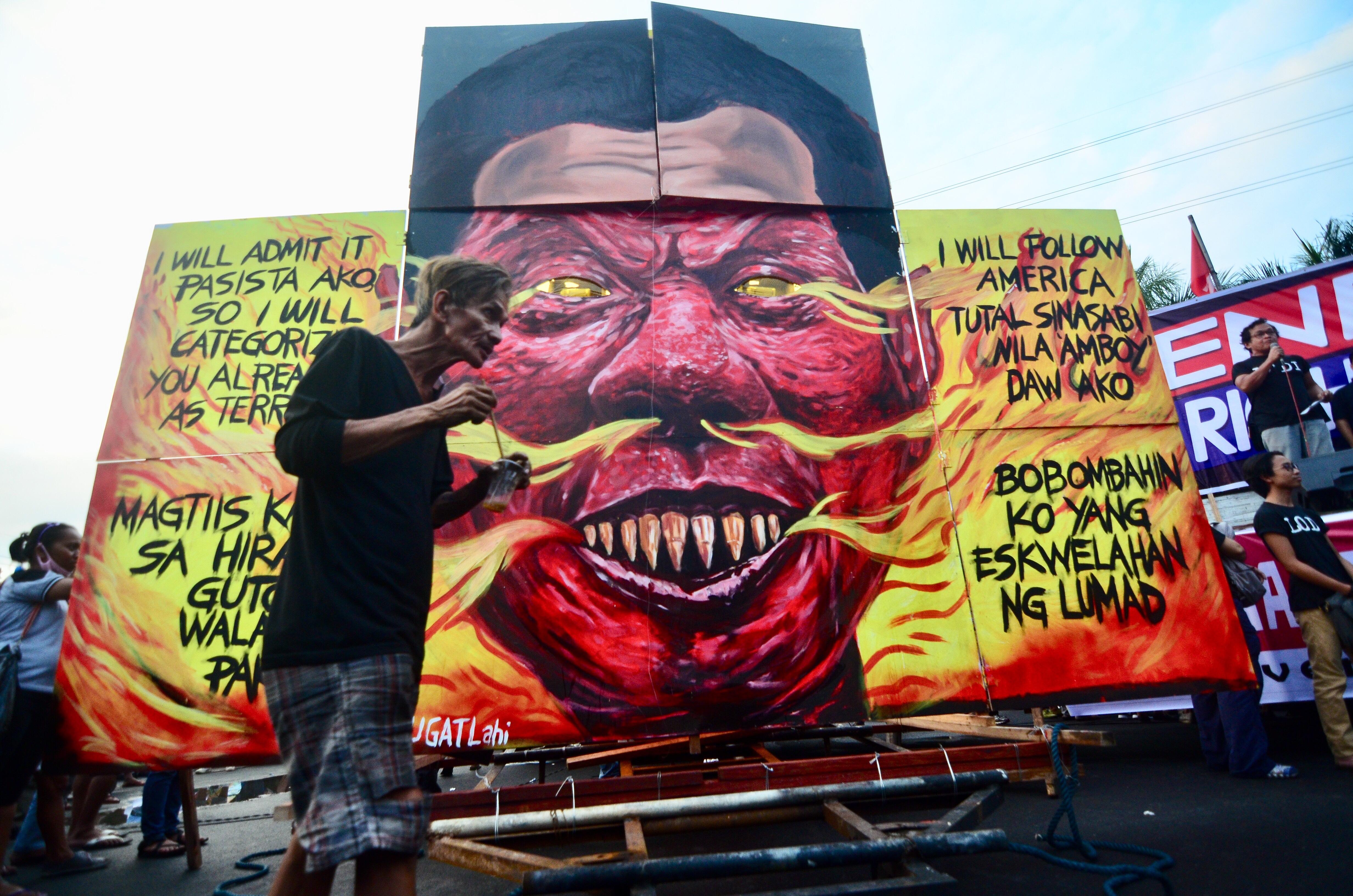 EFFIGY. Protesters prepare an effigy of President Rodrigo Duterte on December 10, 2017. Photo by Maria Tan/Rappler
