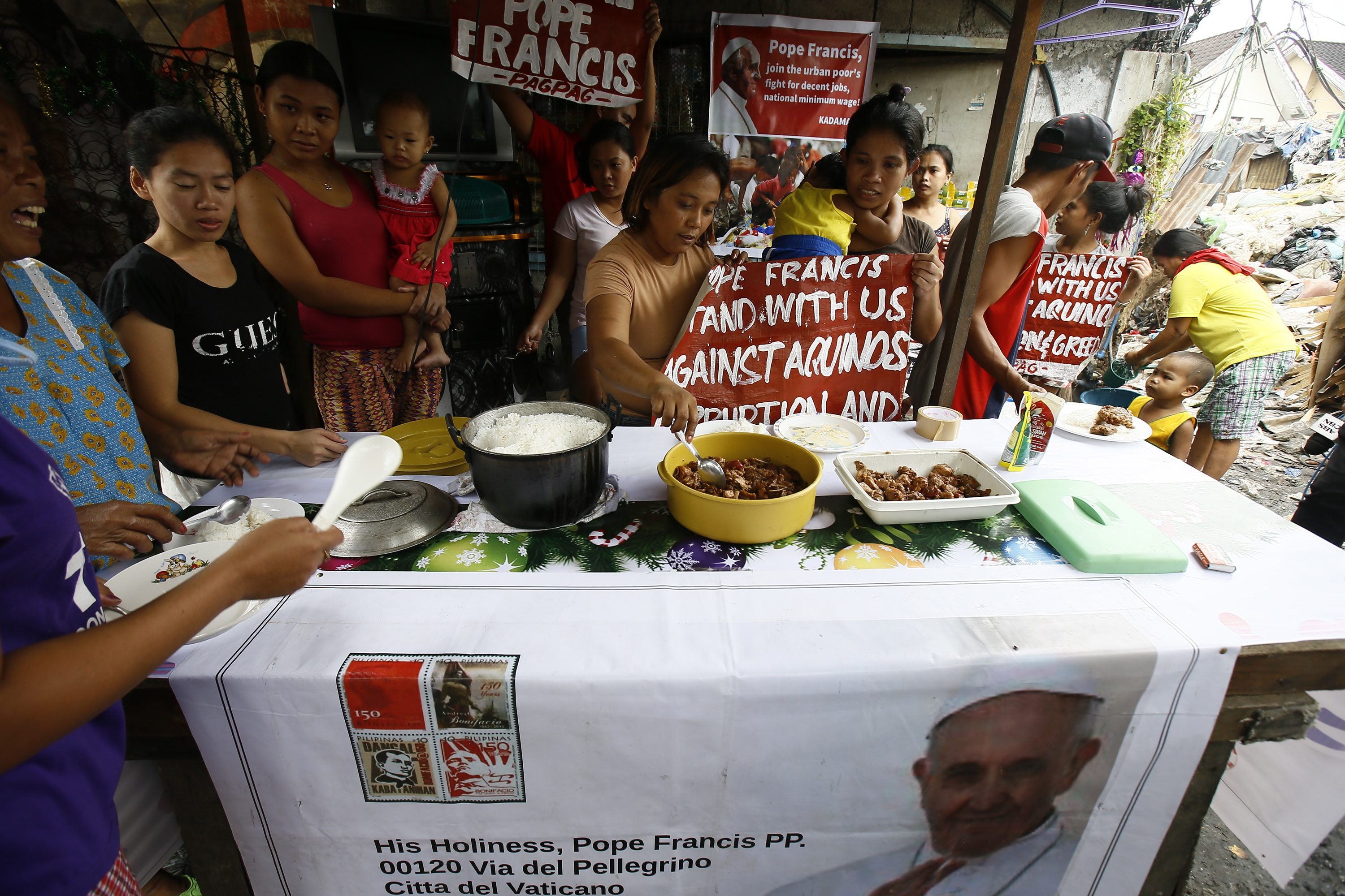 PHILIPPINE SITUATION. Filipino food scavengers eat 'pagpag' (recycled food) meal collected from the Payatas dump site ahead of Pope Francis' visit in Quezon City in January 2015. File photo by Dennis Sabangan/EPA
