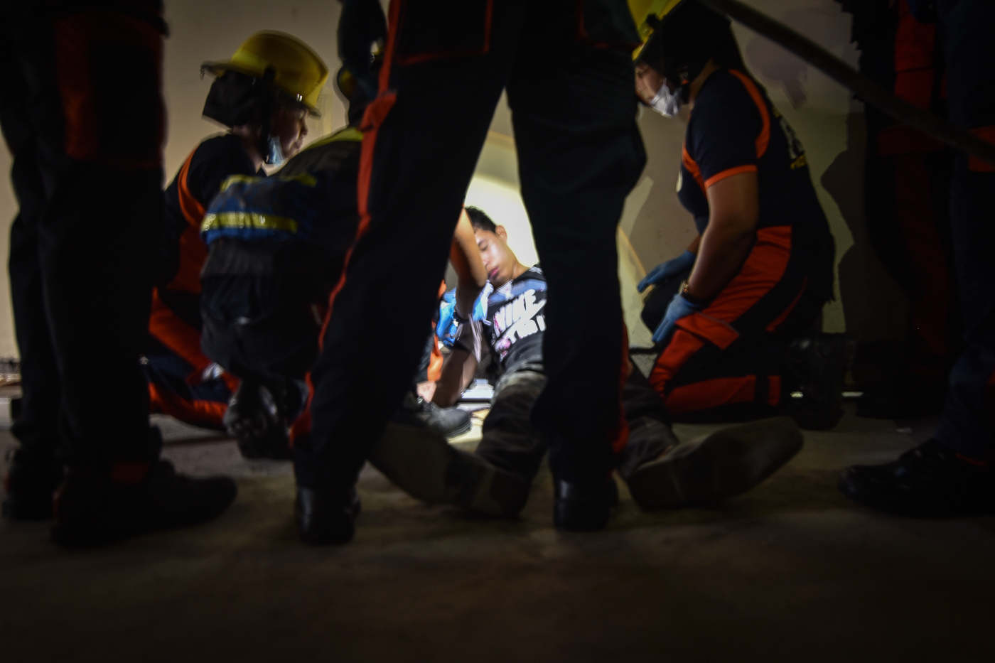 VICTIM. The Pasay City government simulates disaster and response drill during the #MMShakeDrill on July 14, 2017. Photo by LeAnne Jazul/Rappler