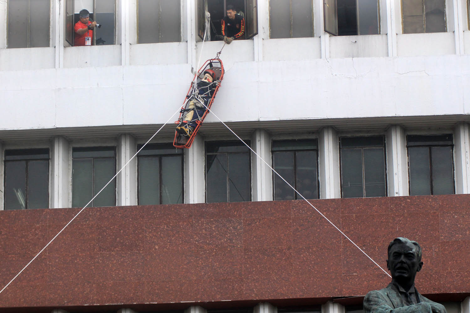 RESCUE MISSIONS. A high altitude rescue was executed at Quezon City. Photo by Darren Langit/Rappler