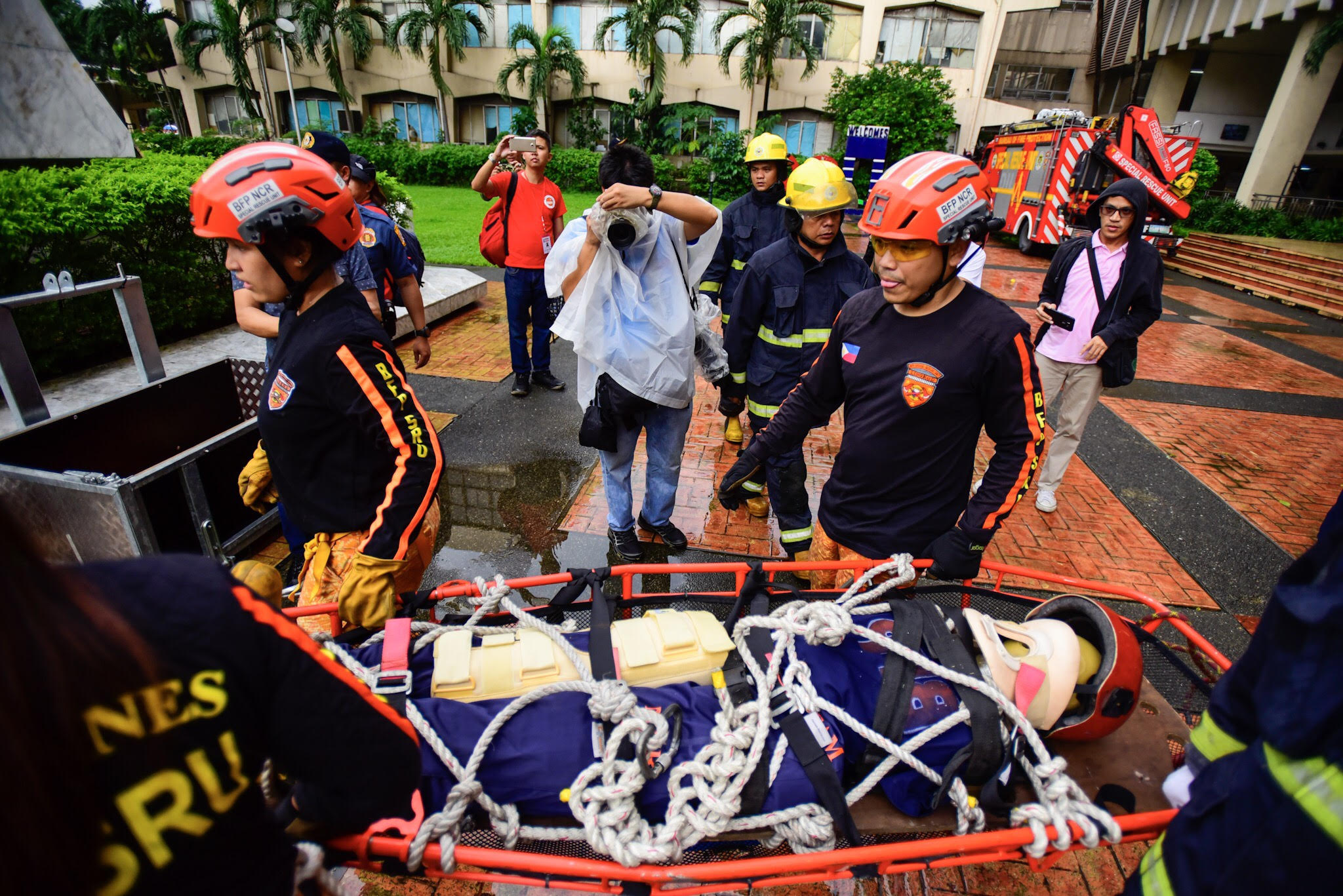 RESCUE MISSIONS. A high altitude rescue was executed at Quezon City. Photo by Maria Tan/Rappler