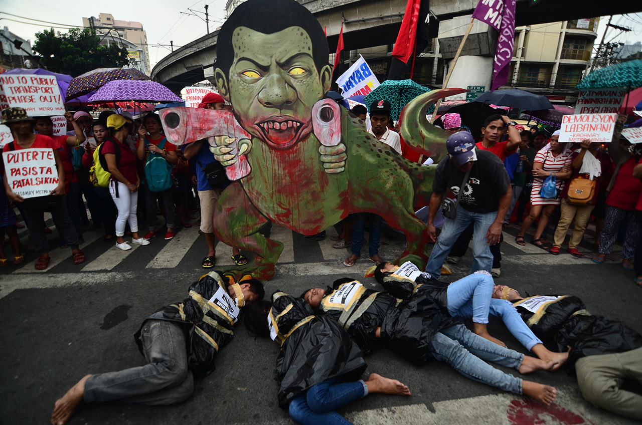 STOP THE KILLIGS. Kadamay members condemning the increasing numbers of killings because of the campaign against drugs. All photos by Maria Tan/Rappler