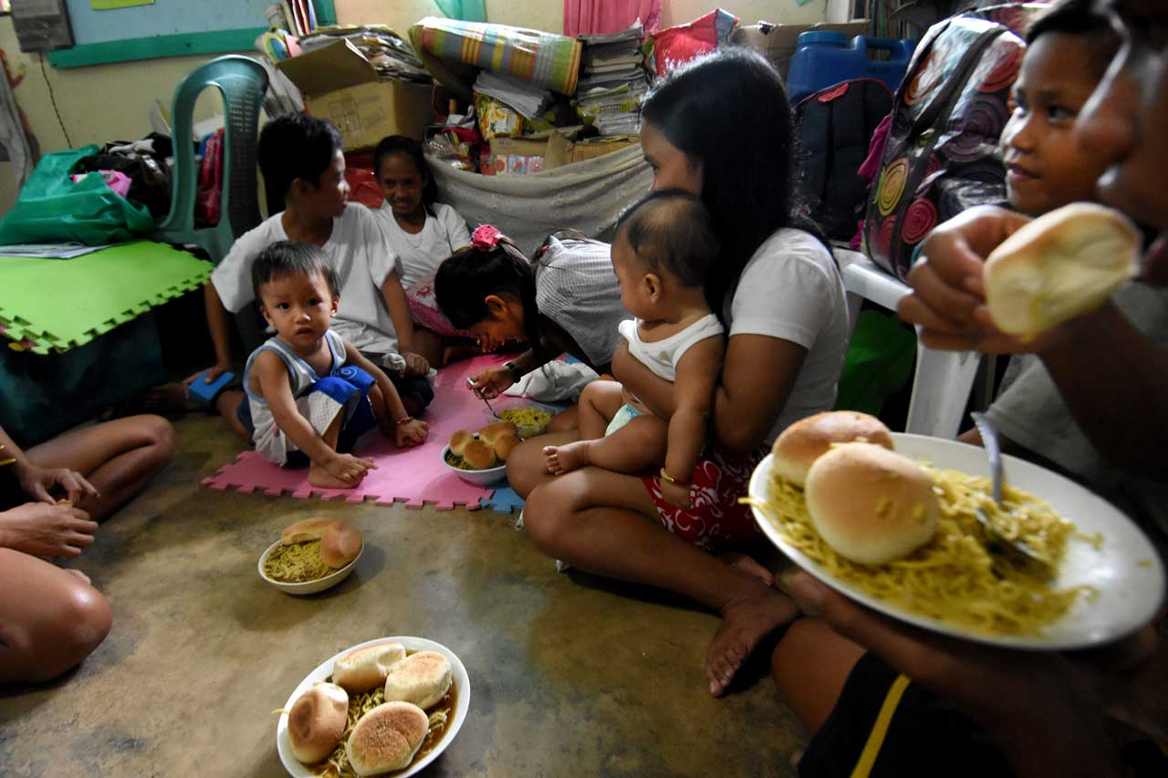 FREE MEALS. Feeding program of the Parish of Our Lady of the Assumption of Guinobatan, Albay, assisted by some student-volunteers and choir members. Photo by Angie de Silva/Rappler