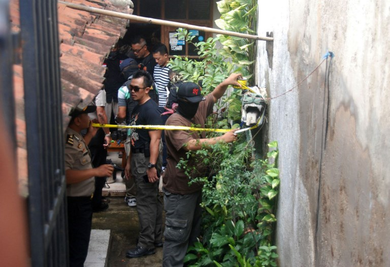 RAID. This photo taken on June 6, 2017 shows Indonesian police conducting a house raid in Cileunyi, Bandung, West Java province, where they arrested two suspects and seized evidence.  Photo by Timu Matahari/AFP