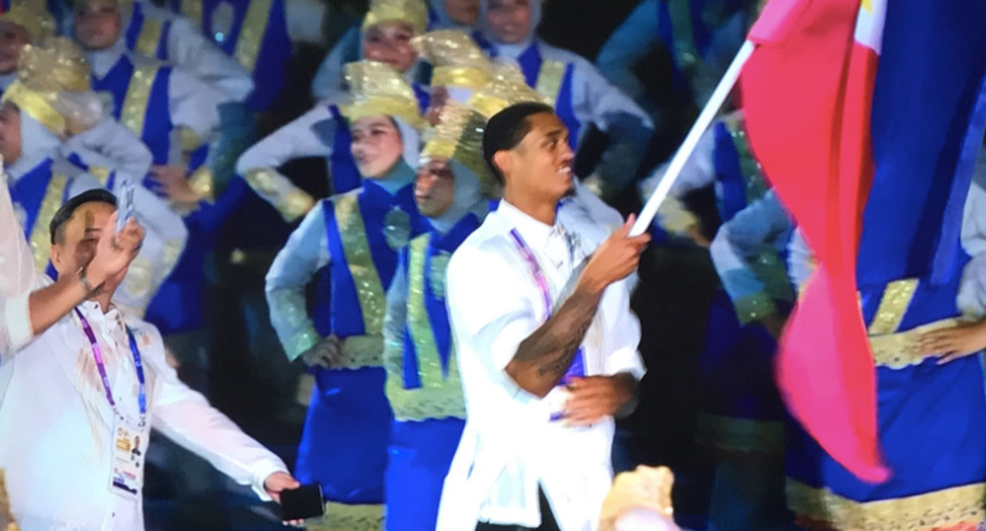 FLAG-BEARER. Jordan Clarkson waves the Philippine flag with pride during the 2018 Asian Games opening ceremonies. Screenshots from 2018 Asian Games media center livestream