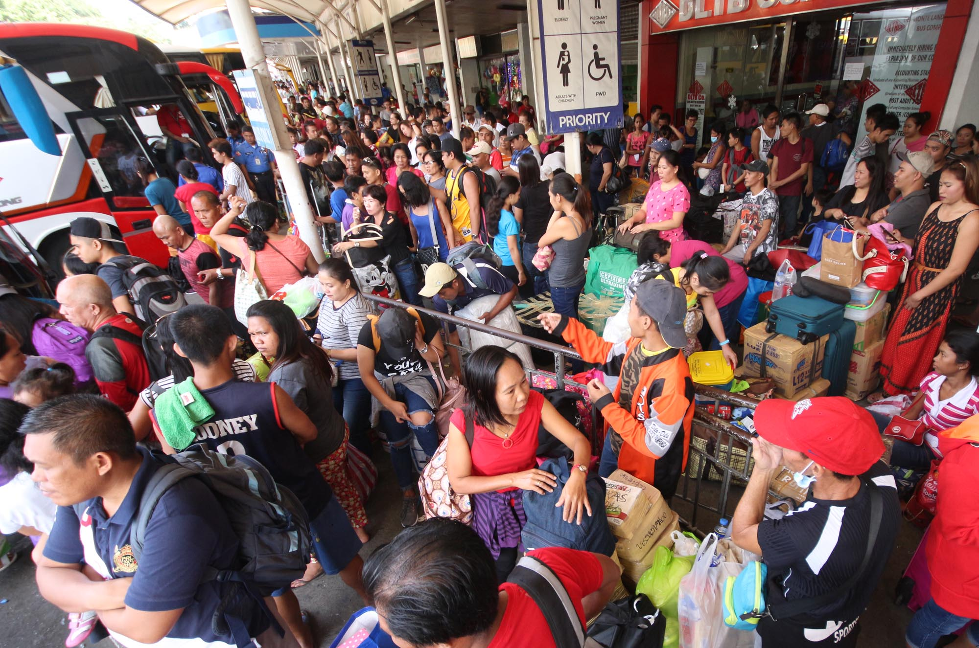 RUSH. Hundreds of southbound passengers wait to board buses at the Araneta Bus Center in Cubao, Quezon City. File Photo by Joel Liporada/Rappler