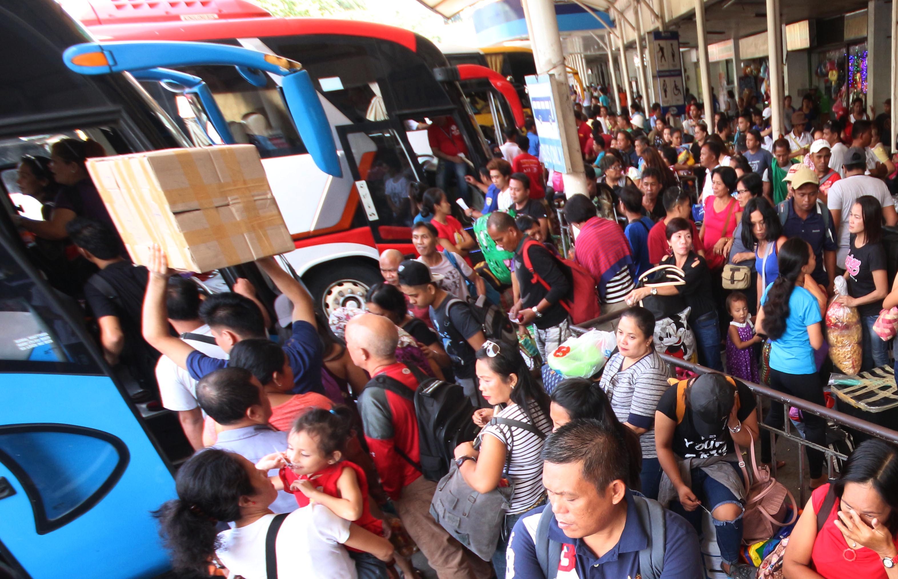 HOMEBOUND. Hundreds of southbound passengers wait to board buses at the Araneta Bus Center in Cubao, Quezon City on October 27, to avoid the last-minute rush for All Saints' Day and All Souls' Day holidays. File photo by Joel Liporada