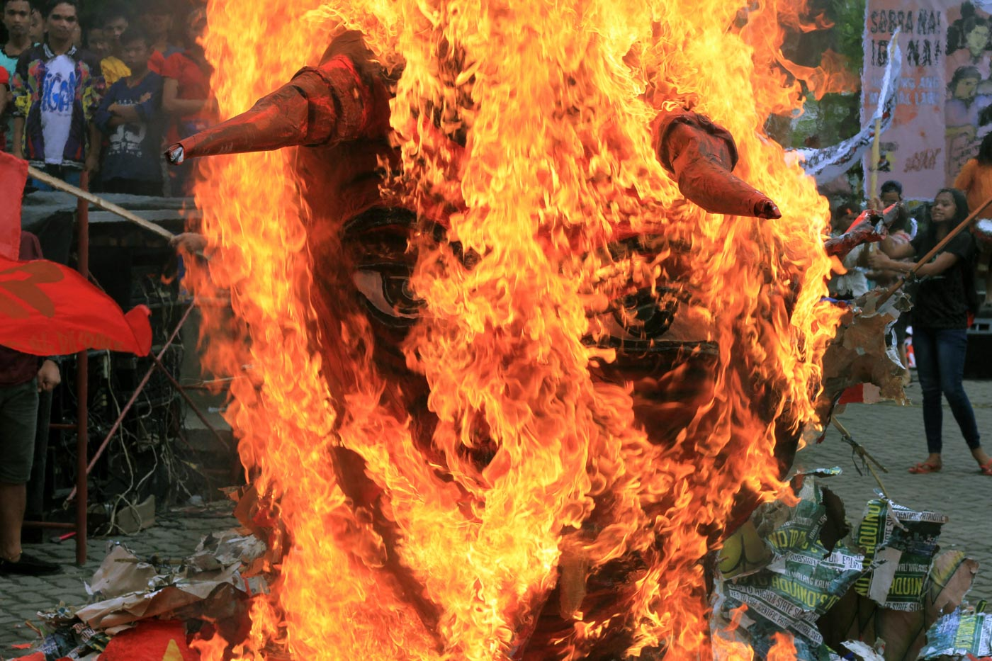 CDO EFFIGY. Hundreds of activists from Cagayan de Oro set fire the effigy of Duterte during his 3rd State of the Nation Address on Monday, July 23, 2018. Photo by Bobby Lagsa/Rappler