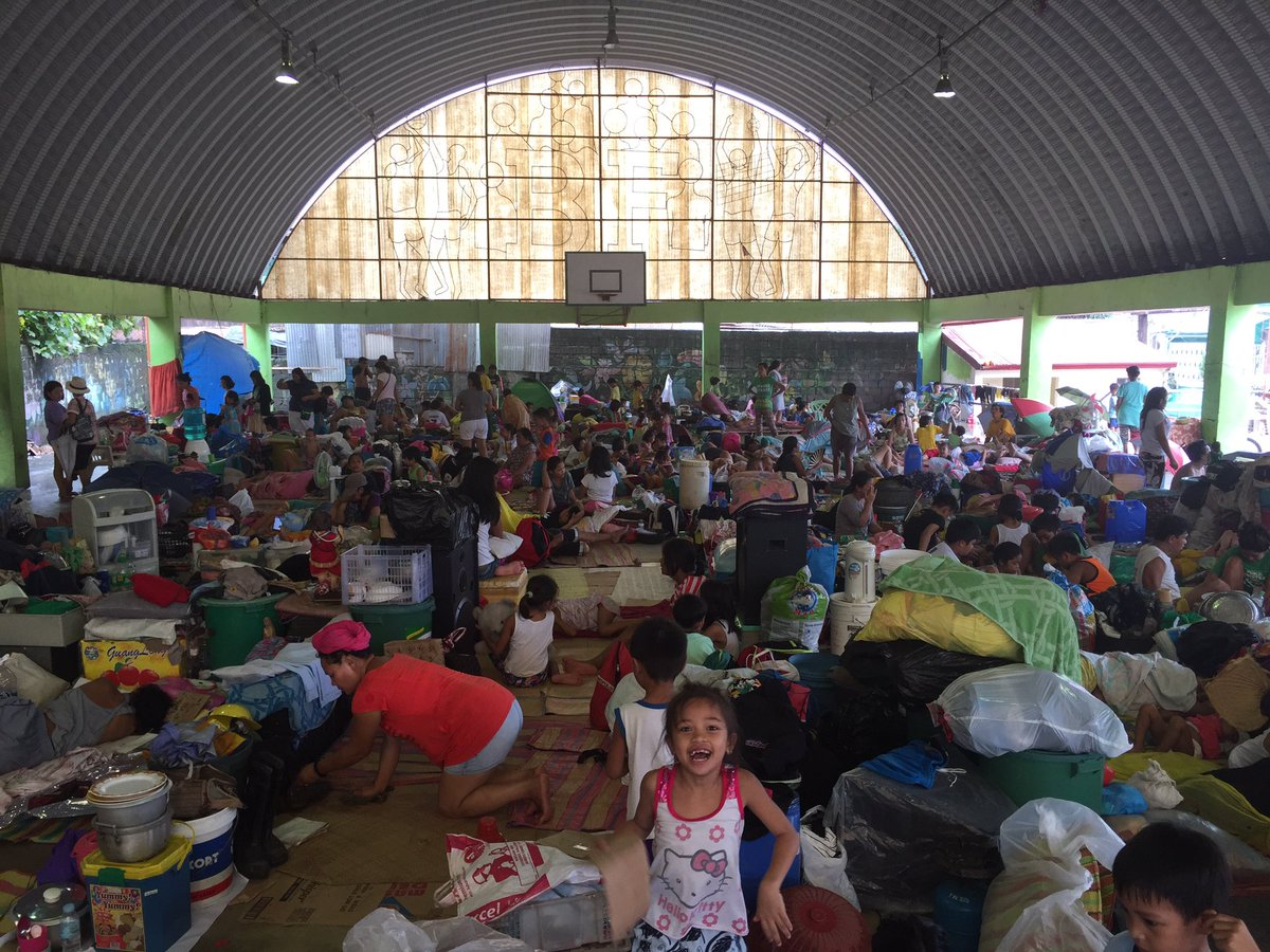 EVACUEES. Around 150 families temporarily stay at this covered court in Marikina on August 14, 2016. Photo by LeAnne Jazul/Rappler