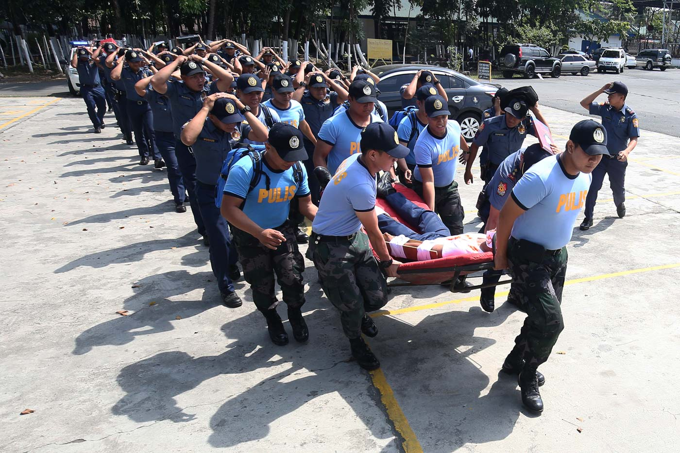DRILL. In this file photo, police and civilian employees evacuate from the Quezon City Police District (QCPD) headquarters as they participate in the nationwide simultaneous earthquake drill in Quezon City on March 31, 2017. Photo by Ben Nabong/Rappler