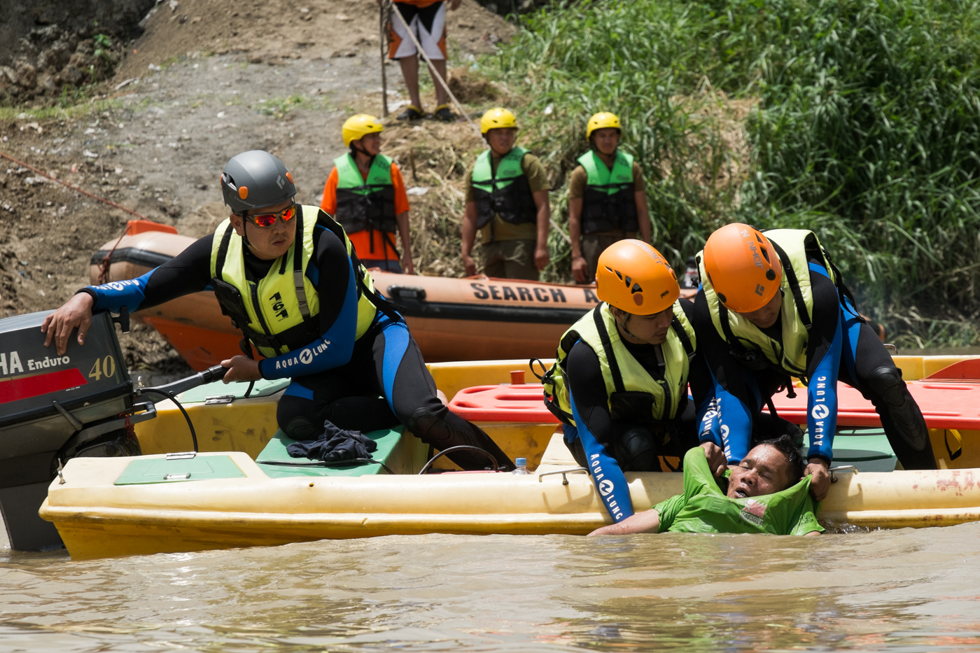 SIMULATION. Marikina City rescuers, during a drill, pull a 'drowning victim' out of the Marikina River on July 30, 2015. File photo by Pat Nabong/Rappler
