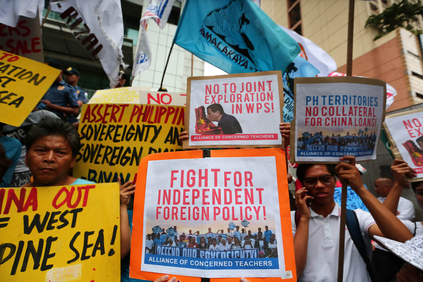 INDEPENDENCE. Signs fighting for independent foreign policy can be seen in a protest at the Chinese Consulate during Xi Jinping's PH state visit on Tuesday, November 20. Photo by Jire Carreon/Rappler