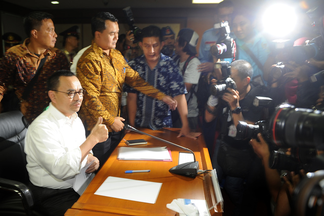 Menteri ESDM Sudirman Said menyapa wartawan sebelum mengikuti sidang etik MKD, pada 2 Desember 2015. Foto oleh Puspa Perwitasari/Antara