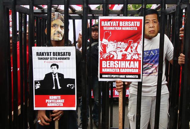 Aktivis melakukan aksi di depan Gedung KPK, Jakarta, pada 15 Desember 2015, menuntut KPK mengusut tuntas kasus Freeport dan menangkap Setya Novanto dan Riza Chalid. Foto oleh Rivan Awal Lingga/Antara