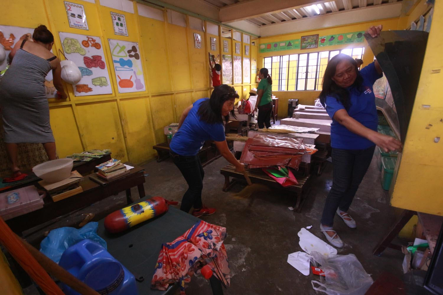COMMUNITY EFFORT. Parents and teachers of Corazon Aquino Elementary School in Batasan, Quezon City join together in cleaning the classroom during the 2017 Brigada Eskuwela that signal the start of school classes. Photo by Darren Langit/ Rappler