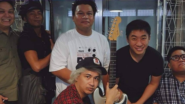 NOSTALGIC. The Itchyworms and Ely Buendia reunite for an epic throwback photo. Screenshot from Facebook.com/theitchyworms