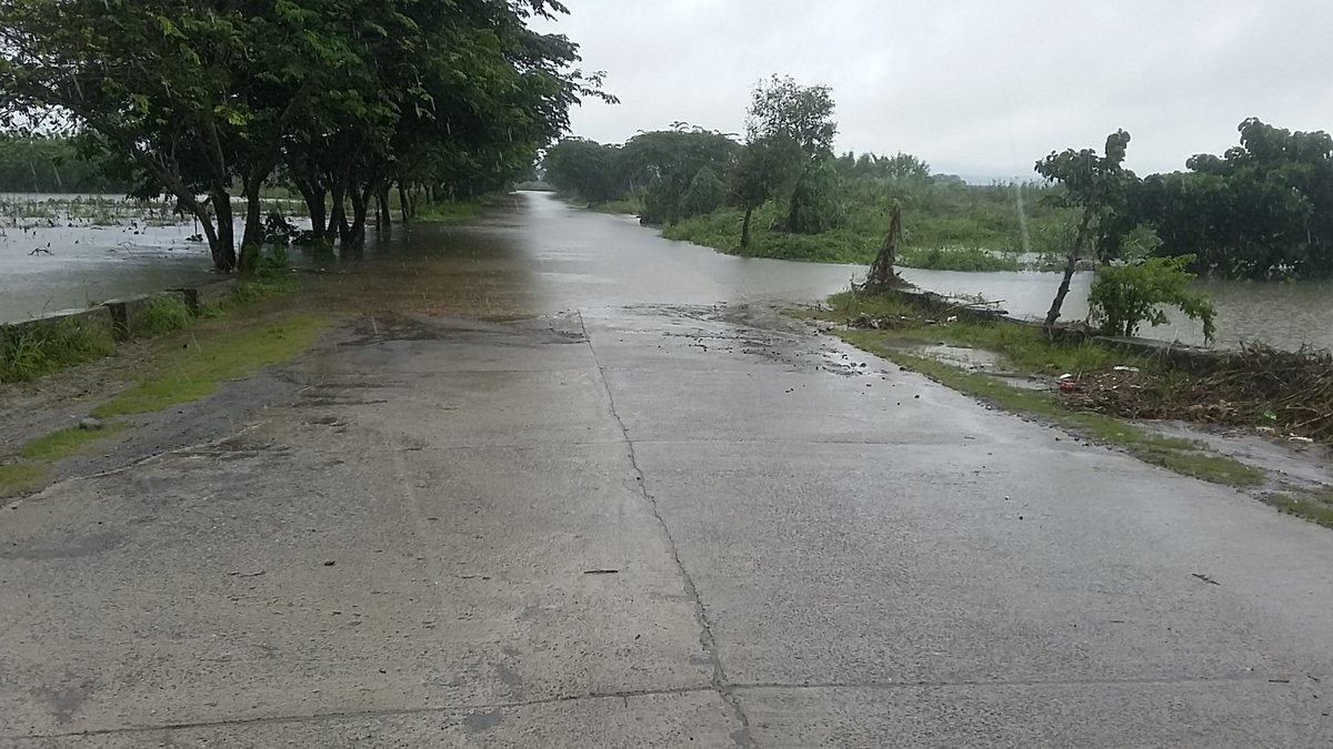 IMPASSABLE ROADS. Hours before Typhoon Lawin made landfall on Wednesday, October 19, this road in Tuguegarao was already impassable due to swollen Pinacanuan River. File photo by Raymon Dullana/Rappler