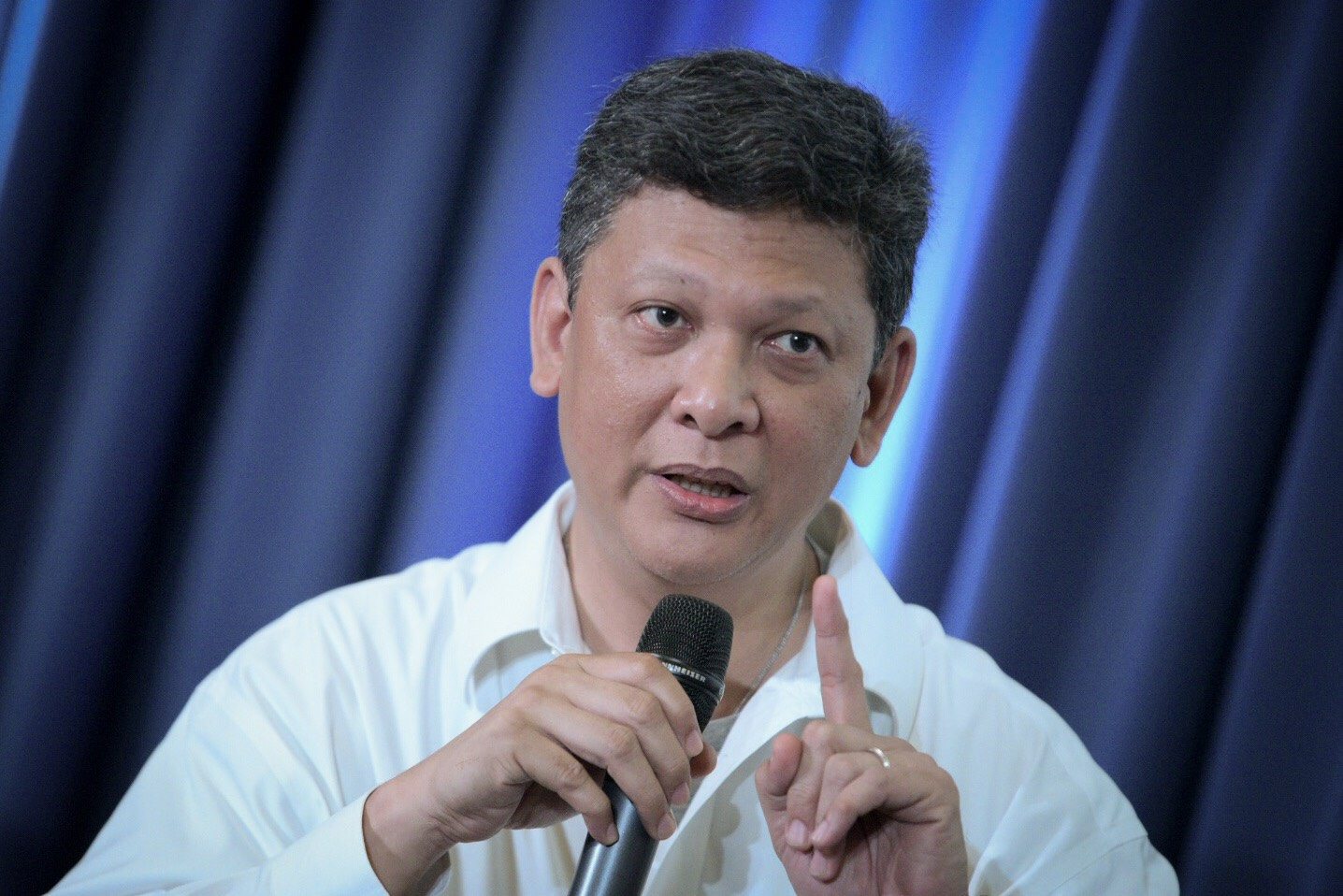 FIGHT BACK. 'Don't surrender your space to people who are faceless, nameless, and mindless,' says TV5 news anchor Ed Lingao at Democracy and Disinformation forum on February 13, 2018. Photo by LeAnne Jazul/Rappler