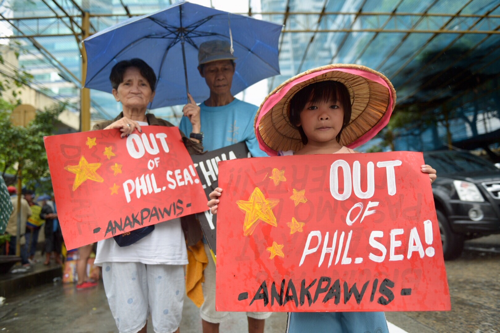 PROTEST. A militant group protests at the Chinese consulate in Makati City on June 12, 2018, Independence Day, to ask President Duterte to end tolerance of China's incursions in the West Philippine Sea. Photo by LeAnne Jazul/Rappler